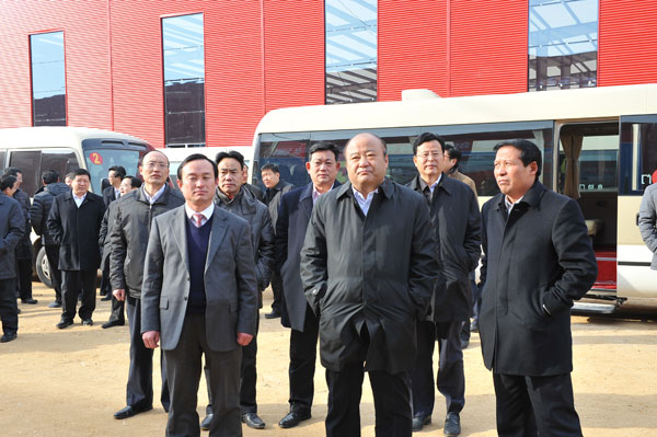 Linyi Municipal Party Secretary Zhang Shaojun visited the Linyi Branch Company of Yonghua Group, accompanied by Secretary of Linyi Development Zone Party Committee Xu Futian and Deputy Secretary Chen Weisheng.